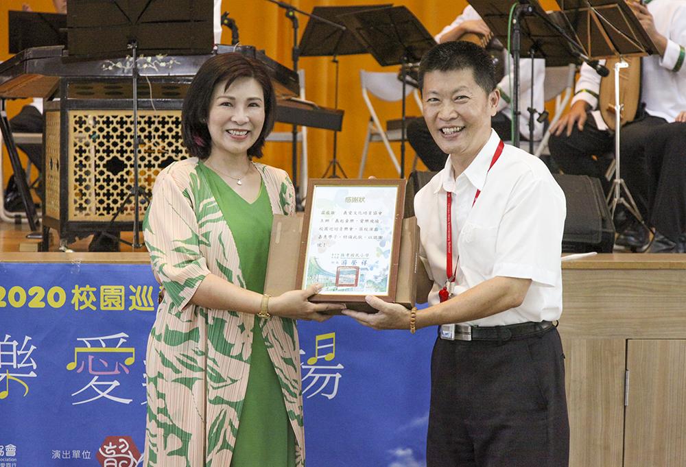圖左為義愛文化培育協會理事長賈惠安,右為橋孝國小校長游榮祥